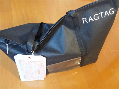 宅配バッグを付属の結束バンドで封印する。