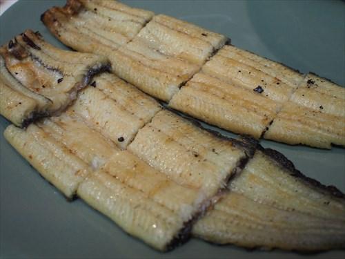 皿に盛ってみた。焼いた白身魚の匂いがする。